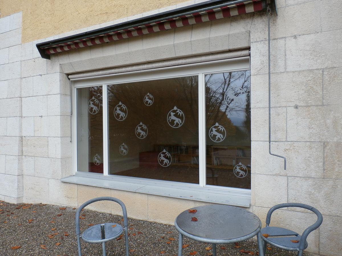 Fensterbeklebung mit Logos - Vogelschutz