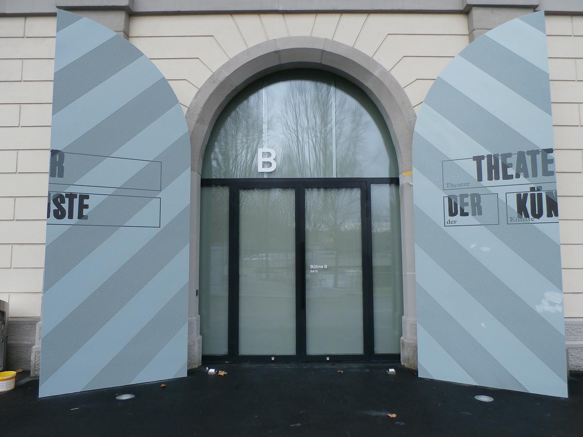 Gebäudebeschriftung Signaletik Tor ZHDK