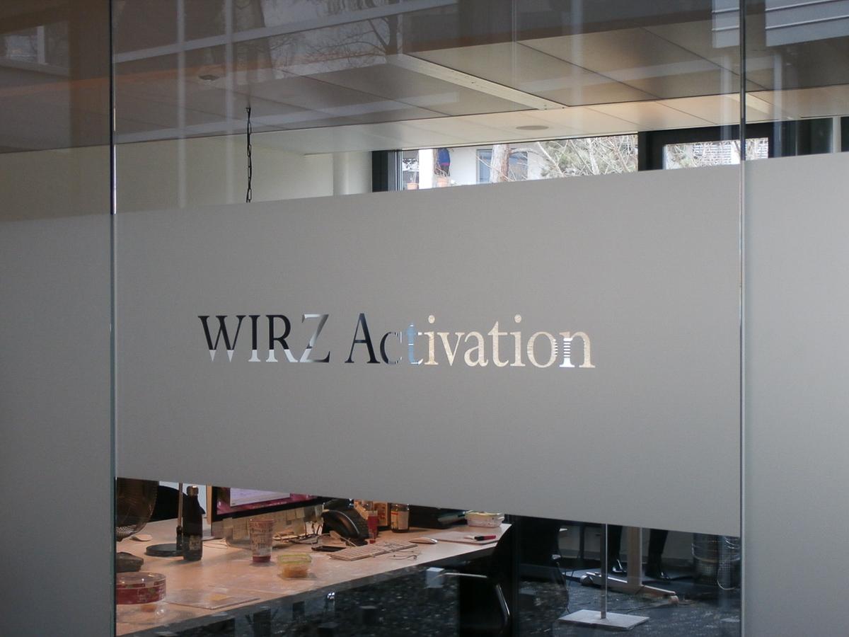 Glastrennwand Sichtschutz mit Logo